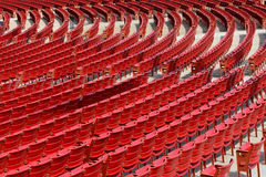 Sièges extérieurs rouges vides Image stock