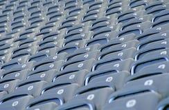Sièges gris dans un stade de football Images libres de droits