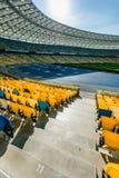 Sièges jaunes et bleus de stade sur le Stade Olympique Image stock