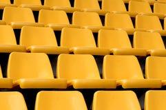 Sièges jaunes vides Images stock
