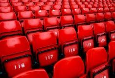 Sièges rouges lumineux de stade Images libres de droits