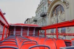 Sièges rouges vides d'autobus de touristes rouge de double pont Aucun voyageurs et visiteurs pour la visite de ville dans le jour photos libres de droits