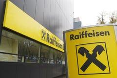 Sièges sociaux de côté de Raiffeisen à Bucarest images libres de droits