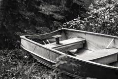 Sièges sur un bateau à rames tiré vers le haut sur le rivage Images libres de droits