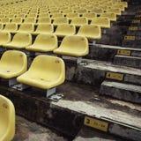 Sièges verts de stade image stock