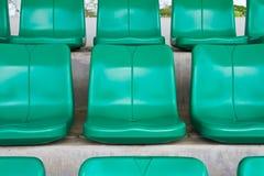 Sièges verts vides dans le stade Photographie stock