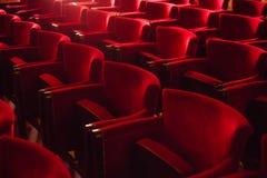 Sièges vides au cinéma photos stock