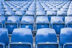 Sièges vides au stade de football Images stock