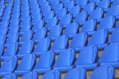 Sièges vides bleus de stade Photos stock