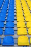 Sièges vides bleus et jaunes de stade Images stock