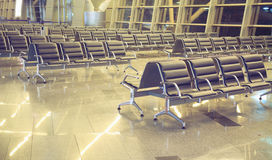 Sièges vides dans l'aéroport de salle d'attente Photographie stock