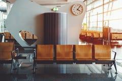 Sièges vides dans la salle d'attente d'aéroport Photo stock
