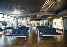 Sièges vides dans la salle d'attente terminale dans l'aéroport Photographie stock