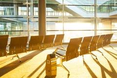 Sièges vides dans le terminal d'aéroport Images stock