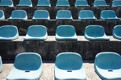 Sièges vides de stade Images stock