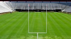 Sièges vides de stade de football d'université photos stock