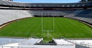Sièges vides de stade de football d'université image libre de droits