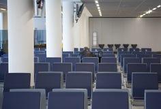 Sièges vides de terminal d'aéroport Images libres de droits