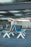 Sièges vides intérieurs de salon de départ à l'aéroport, refuge avec des chaises Photographie stock libre de droits