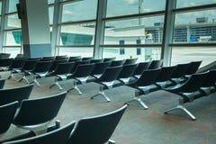 Sièges vides intérieurs de salon de départ à l'aéroport, refuge avec des chaises Photo libre de droits