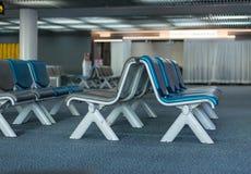 Sièges vides intérieurs de salon de départ à l'aéroport, refuge avec la chaise Image stock
