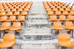 Sièges vides oranges de stade dans l'arène Photos libres de droits