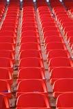 Sièges vides rouges de stade Photo stock
