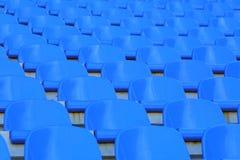 Sièges vides rouges de stade Images stock