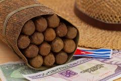 Sièste - cigares, chapeau de paille et billets de banque de Cubain Photo stock