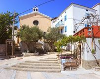 Sièste dans le village méditerranéen avec la vigne et une petite église photographie stock