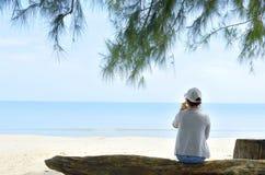 Siéntese en la playa Foto de archivo libre de regalías