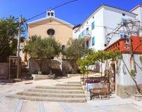 Siësta in mediterraan dorp met wijnstok en een kleine kerk stock fotografie