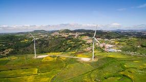 Sił wiatru rośliny na zielonych wzgórzy anteny trutniu Zdjęcia Stock