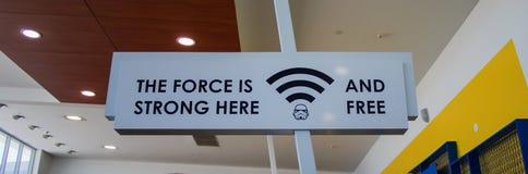 Siła jest silna tutaj i bezpłatny WIFI znak zdjęcia royalty free