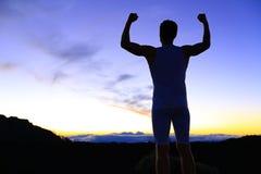 Siła - silny sukces sprawności fizycznej mężczyzna napinać Obraz Royalty Free