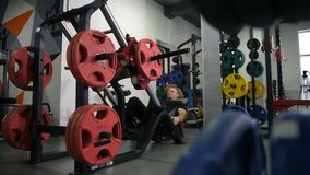 siłownia Mężczyzny komesi symulant Początki podnosić ciężar z ich ciekami 4K Zwalniają Mo zdjęcie wideo