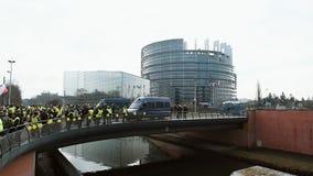 Siły policyjne zabezpiecza parlamentu europejskiego budynek od protestujących zbiory