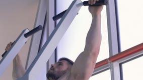 Siły szkolenie, mięśniowy bodybuilder mężczyzna z pięknym sporta ciałem ciągnie w górę symulanta na podczas władza treningu przy zbiory wideo