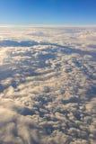 si appanna lo skyscape del cielo Vista dalla finestra di un volo dell'aeroplano Immagine Stock
