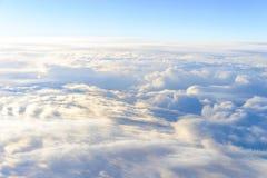 si appanna lo skyscape del cielo Vista dalla finestra di un volo dell'aeroplano Fotografia Stock