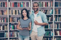 Si beau ! Les couples des étudiants internationaux sont dans la bibliothèque t Photographie stock