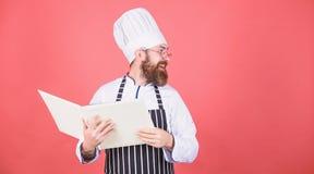 Si joyeux Cuisinier barbu d'homme dans la cuisine, culinaire Cuisson saine de nourriture Suivre un r?gime et aliment biologique,  photographie stock