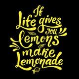 Si la vida le da los limones hacen la limonada Cartel manuscrito de la motivación Letras amarillas del vector en fondo negro Imagen de archivo