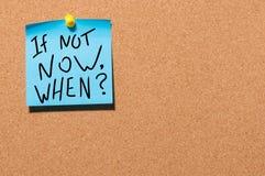Si no ahora, cuando mensaje inspirado fijado en tablero del corcho de la oficina Imagen de archivo libre de regalías