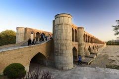 Si-nolla-seh pol, Khajoo bro på solnedgången i Esfahan, Iran September 14, 2016 Royaltyfri Fotografi