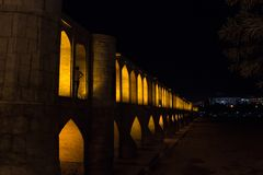 Si o Ona polityka most na ciemnym wieczór w Isfahan, Iran Także znać jako Allahverdi Khan most lub 33 łuków most, obraz royalty free