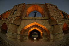 SI-o-seh pôle, pont de Khajoo au coucher du soleil dans Esfahan, Iran 14 septembre 2016 Photographie stock libre de droits