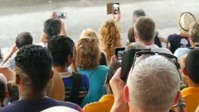 Si RACHA, TAILANDIA - 17 gennaio 2018: Gli spettatori con lo smartphone e le compresse sparano la manifestazione degli elefanti s stock footage