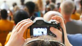 Si RACHA, TAILANDIA - 17 gennaio 2018: Gli spettatori con lo smartphone e le compresse sparano la manifestazione degli elefanti s video d archivio
