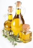 Si ramificano con le olive e le bottiglie del oi verde oliva Fotografia Stock